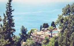Härlig seacoast av Sicilien, hav sikt med semesterorten för lyxigt hotell i Taormina, Italien arkivbilder
