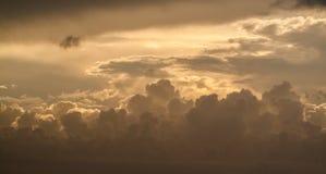 Härlig Seascape, apelsin fördunklar i himlen, solnedgång Arkivfoto