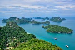 Härlig seascape av Ang Thong Island National Marine parkerar nära den Samui ön, Thailand, en av den mest berömda turist- semester Royaltyfria Bilder