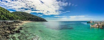 Härlig seascape av Koh Lan, Thailand Arkivbilder
