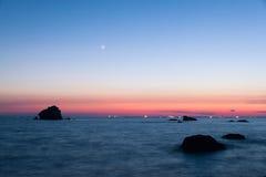 Härlig seascape efter solnedgång Arkivfoto