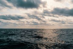 Härlig seascape från skeppet eller skytteln öppet hav royaltyfri foto