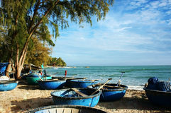 Härlig seascape med coracles Arkivbilder