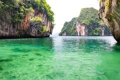 Härlig seascape med klart vatten på den Laolading ön Arkivfoto