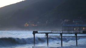 Härlig seascape med tidvatten och den ensamma pir lager videofilmer