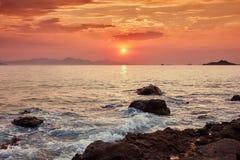 Härlig seascape och ett fartyg på solnedgången royaltyfri bild