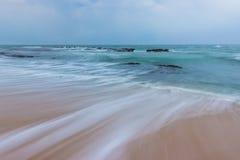 Härlig Seascape och havet vaggar royaltyfria bilder