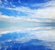 Härlig seascape på solig dag Landskap för himmel för havsblåttmoln Royaltyfri Foto