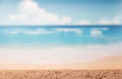 Härlig seascape, sand, strand på bakgrund av blå himmel fotografering för bildbyråer