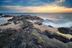 härlig seascapesolnedgång Solnedgång på havet Arkivfoton