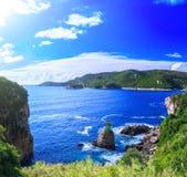 härlig seascapesommar för bild 3d Sikt av kustlinjen in i havslodisarna Royaltyfri Bild