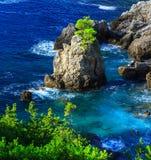 härlig seascapesommar för bild 3d Sikt av kustlinjen in i havslodisarna Royaltyfri Fotografi