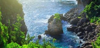 härlig seascapesommar för bild 3d Sikt av kustlinjen in i havslodisarna Arkivfoto