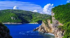 härlig seascapesommar för bild 3d Sikt av kustlinjen in i havslodisarna Fotografering för Bildbyråer