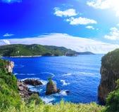 härlig seascapesommar för bild 3d Sikt av kustlinjen in i havslodisarna Royaltyfria Foton