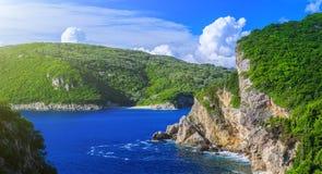härlig seascapesommar för bild 3d Sikt av kustlinjen in i havslodisarna Royaltyfri Foto