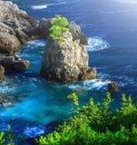härlig seascapesommar för bild 3d Sikt av kustlinjen in i havslodisarna Royaltyfria Bilder