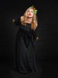 Härlig sensualitetkvinna i svart posera för klänning Fotografering för Bildbyråer