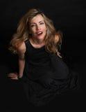 Härlig sensualitetkvinna i svart posera för klänning Arkivbilder
