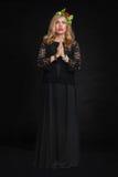 Härlig sensualitetkvinna i svart posera för klänning Royaltyfria Bilder