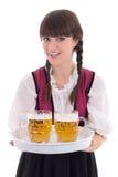 Härlig servitris i bavarianklänning med öl Royaltyfria Bilder