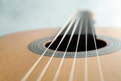 Härlig sex - klassisk gitarr för rad på vit bakgrund arkivfoto