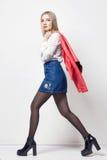 Härlig sexig blond kvinna i skjorta och kjol Flicka med den perfekta kroppen som poserar att stå Härligt långt hår och ben, slät  royaltyfria bilder