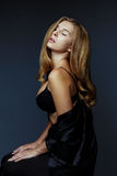 Härlig sexig blond kvinna med det stora bröstet Arkivbilder