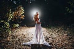 Härlig sexig blond vitkorsett och svart kjol Royaltyfri Bild