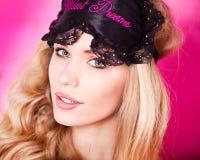 Härlig sexig blondin i studio royaltyfri fotografi