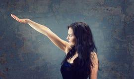 härlig sexig brunettflicka royaltyfri fotografi