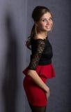 Härlig sexig brunettflicka i röd kort kjol Royaltyfri Bild