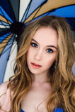 Härlig sexig dam i elegant blå underbyxor och behå Modestående av modellen inomhus Blond kvinna för skönhet som rymmer ett parapl Royaltyfria Bilder