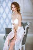 Härlig sexig dam i elegant vit ämbetsdräkt Royaltyfri Foto