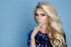Härlig, sexig elegant blond kvinnlig modell i den vita skjortan arkivbild