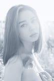 Härlig sexig flicka för svartvit stående med fylliga kanter med en vallmoblomma i handen med gör bar skuldror på solnedgången Arkivbild