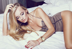 Härlig sexig flicka med blont hår Royaltyfri Bild