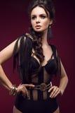 Härlig sexig flicka med sinnliga kanter, modehår, den svarta klänningen och guldtillbehör Härlig le flicka Royaltyfria Foton