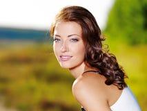 härlig sexig kvinna för framsida utomhus fotografering för bildbyråer