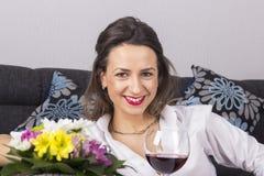 Härlig sexig kvinna i den långa tröjan som ligger på soffan Royaltyfri Bild