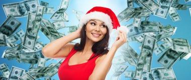 Härlig sexig kvinna i den santa hatten över pengarregn royaltyfri foto