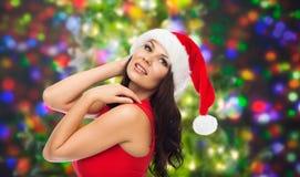 Härlig sexig kvinna i den santa hatten och röd klänning Royaltyfria Bilder