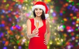 Härlig sexig kvinna i den santa hatten och röd klänning Arkivbilder