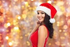 Härlig sexig kvinna i den santa hatten och röd klänning fotografering för bildbyråer