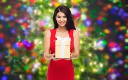 Härlig sexig kvinna i röd klänning med gåvaasken Arkivfoton