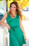 Härlig sexig kvinna med den gröna utomhus- klänningen och blont hår fashion flickan Arkivbilder