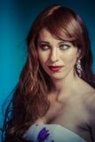 Härlig sexig kvinna med elegant långt rött skinande hår royaltyfri bild