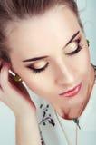 Härlig sexig kvinna med makeup för naturlig dag som bär grön earri Royaltyfri Bild