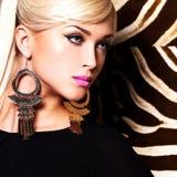 Härlig sexig kvinna med modemakeup på framsida Royaltyfria Bilder