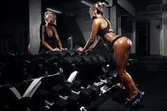 Härlig sexig kvinna med perfekta buk- muskler på idrottshallen Arkivfoton
